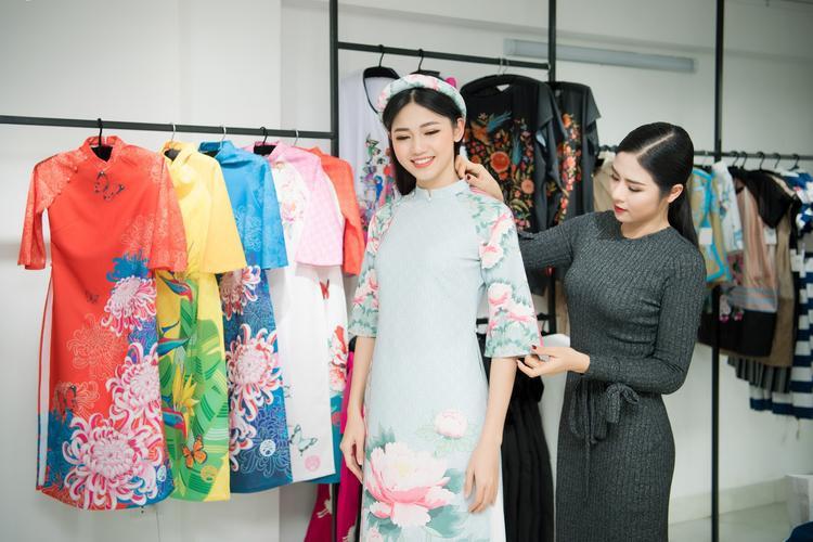 Theo quyết định của Ngọc Hân, Thanh Tú sẽ diện chiếc áo dài xanh pastel thanh nhã, với điểm nhấn là những bông hoa cúc.