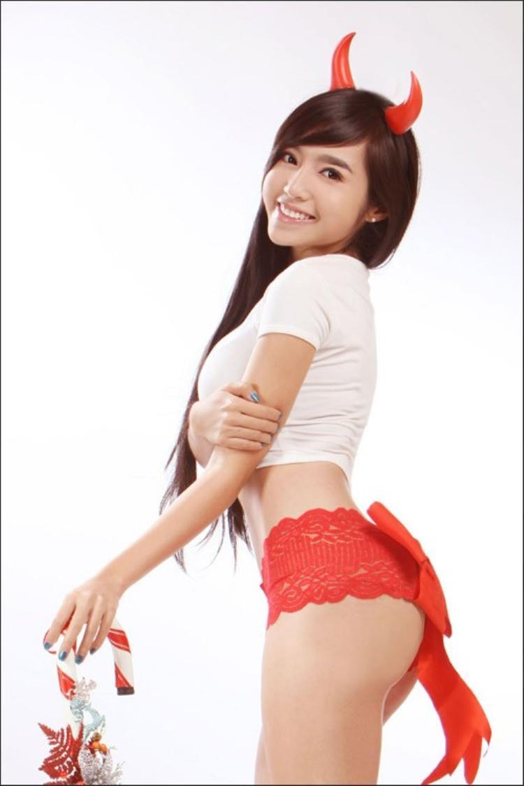 Elly Trần mặc quần lót ren đỏ vào một dịp giáng sinh.