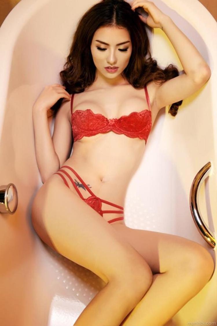Hồng Quế khoe trọn đường cong và tự tin tạo dáng trong bồn tắm với trang phục bikini ren đỏ cực gợi cảm.