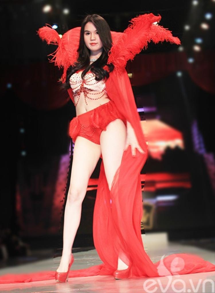 """Dẫn đầu top """"gái hư"""" có lẽ không ai khác ngoài Nữ hoàng nội y Ngọc Trinh. Cô từng mặc bộ bikini có ren màu đỏ rực như thế này trình diễn trên sân khấu của một đêm hội trước sự theo dõi của đông đảo khán giả."""