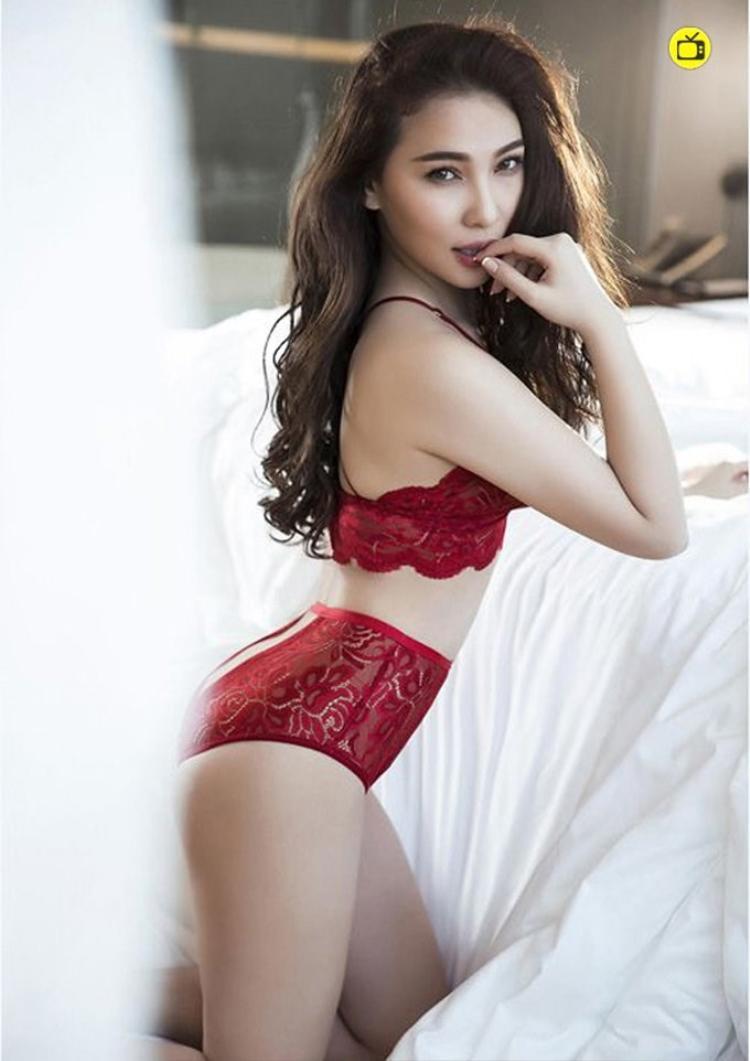 Vốn là bạn thân của Ngọc Trinh, Quỳnh Thư cũng là một trong những chân dài gây được sự chú ý bởi thân hình nóng bỏng. Bikini màu đỏ sẫm có ren là lựa chọn của cô trong một lần chụp ảnh.