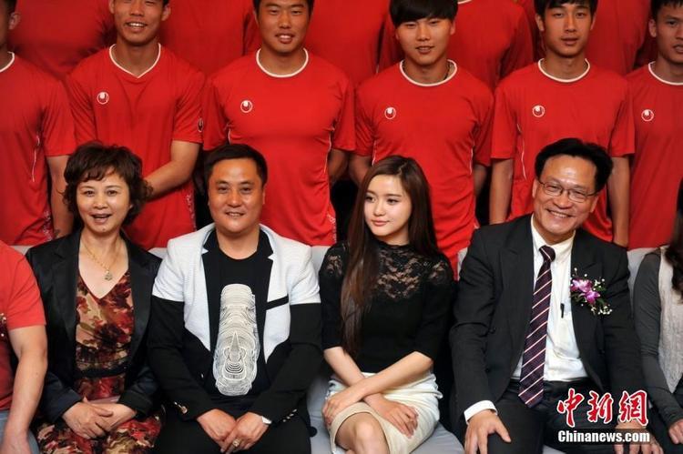 Mingjiao Yi là Chủ tịch CLB bóng đá trẻ nhất Trung Quốc khi nhận chức lúc 24 tuổi. Ảnh: China News/Ifeng