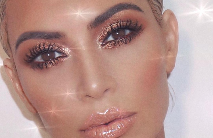 Dù bạn chọn sử dụng mascara làm dày mi và dụng cụ bấm mi hoặc gắn thêm một cặp lông mi giả, hãy chắc chắn rằng lông mi của bạn sẽ tạo nên một sự nổi nổi bật cho đôi mắt của bạn.