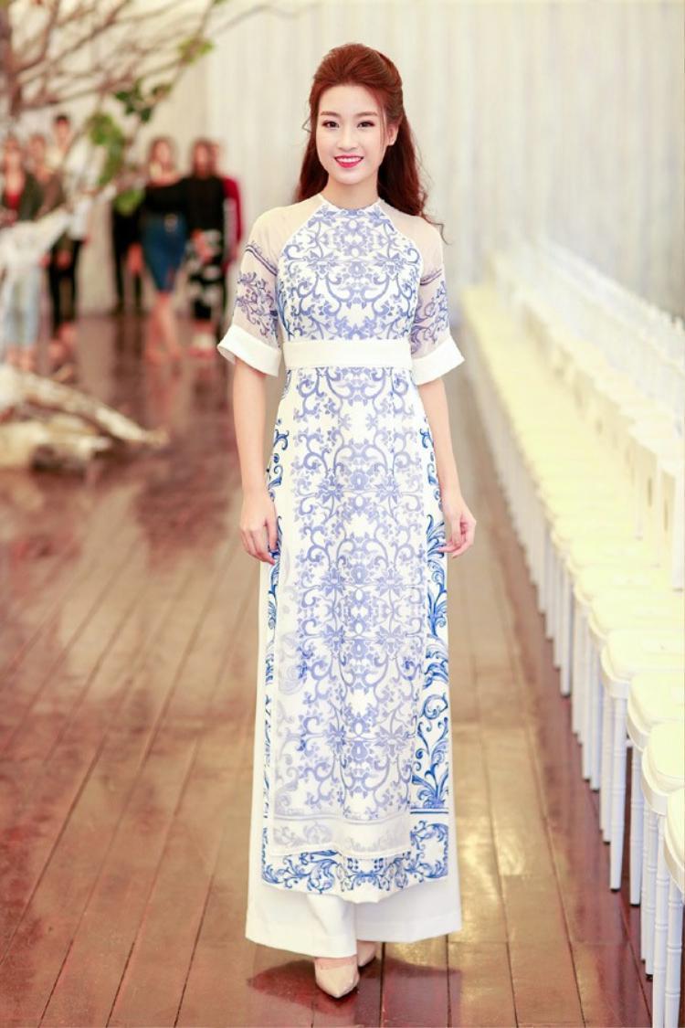 Với phong cách thời trang khá kín đáo từ trước đến nay, áo dài chắc hẳn là sự lựa chọn hoàn hảo nhất cho hoa hậu.