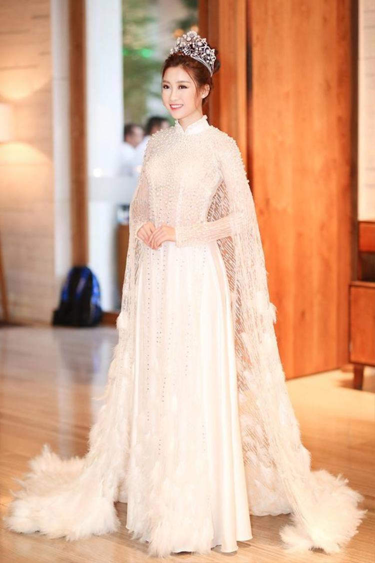 Ngoài hình ảnh diện áo dài khi xuống phố, hoa hậu Đỗ Mỹ Linh còn thường xuyên diện áo dài tại các sự kiện.