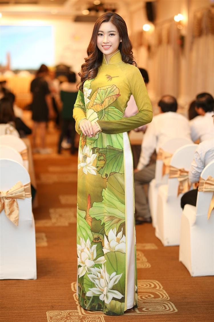 Việc thường xuyên mặc áo dài chắc hẳn là một trong những cách truyền tải thông điệp cùng sự lan tỏa thiết thực mà hoa hậu hướng đến.