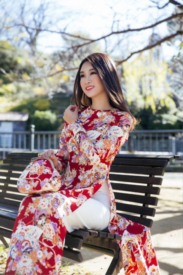 Đăng quang Hoa hậu Việt Nam 2016, đến nay Đỗ Mỹ Linh vẫn giữ được cho mình hình ảnh dịu dàng, đằm thắm đúng chuẩn đại diện cho hình ảnh người con gái Việt Nam.