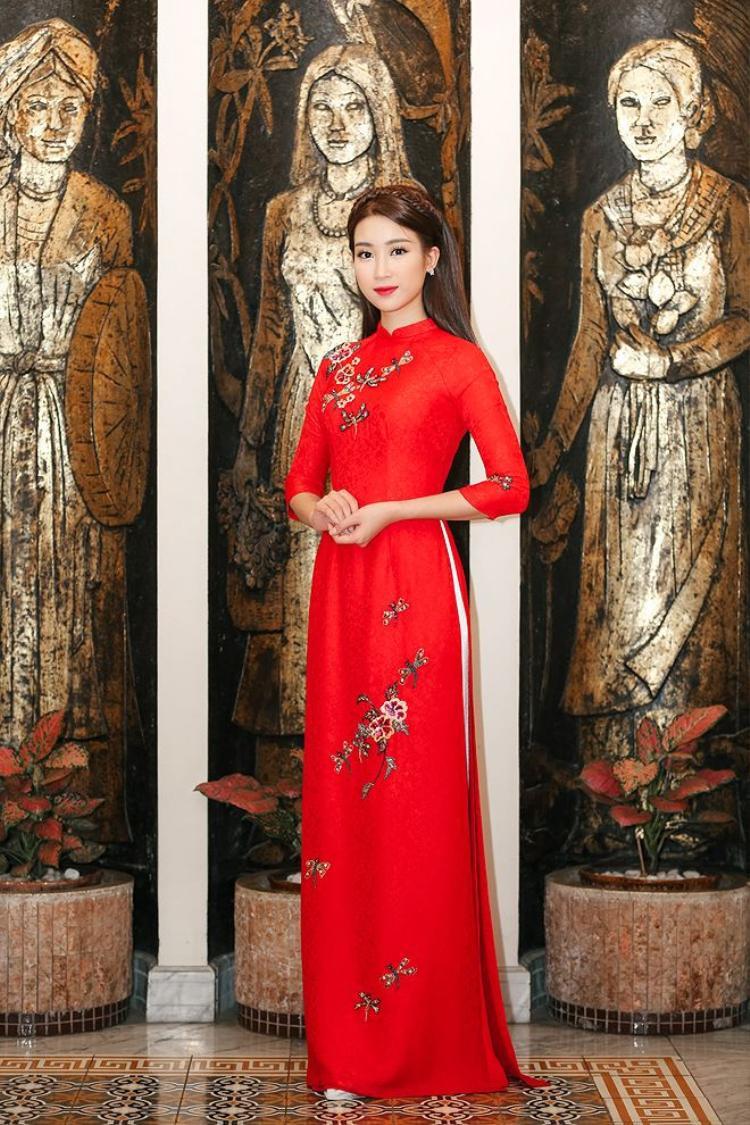 Trong tà áo dài, Mỹ Linh luôn có cách trang điểm nhẹ nhàng phù hợp với màu sắc trang phục.