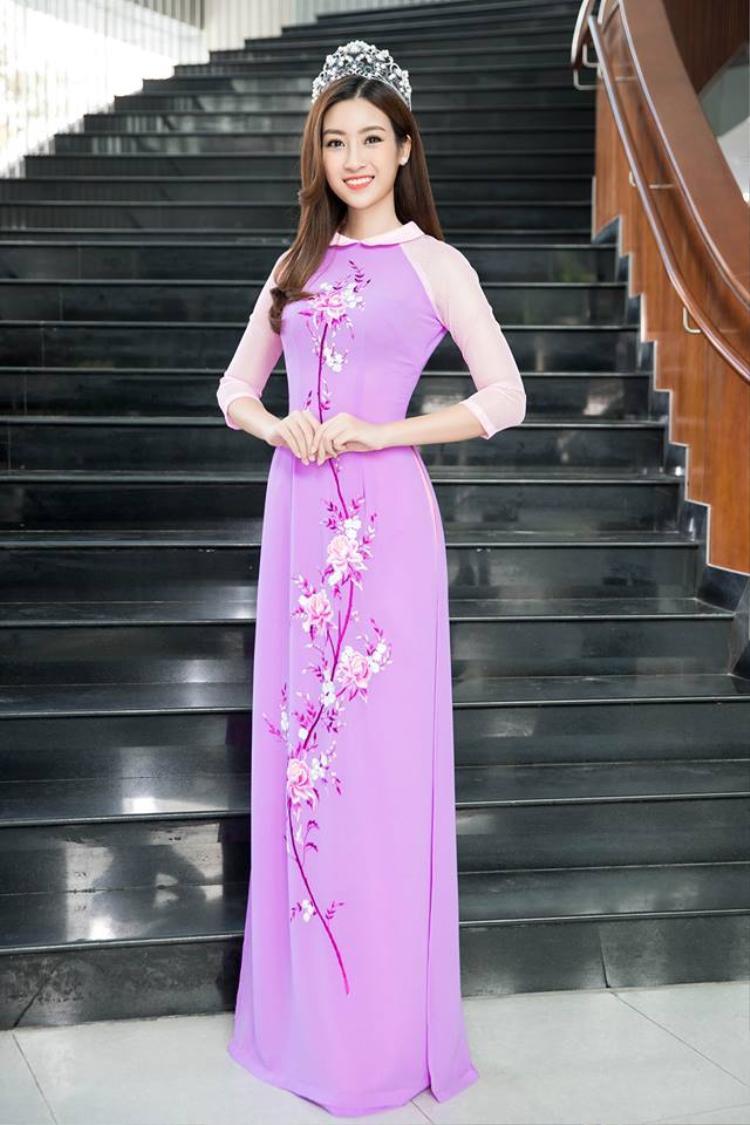 Không chỉ diện áo dài tại Việt Nam mà khi đi nước ngoài, Mỹ Linh cũng tự tin diện áo dài để bạn bè quốc tế cùng nhìn ngắm.
