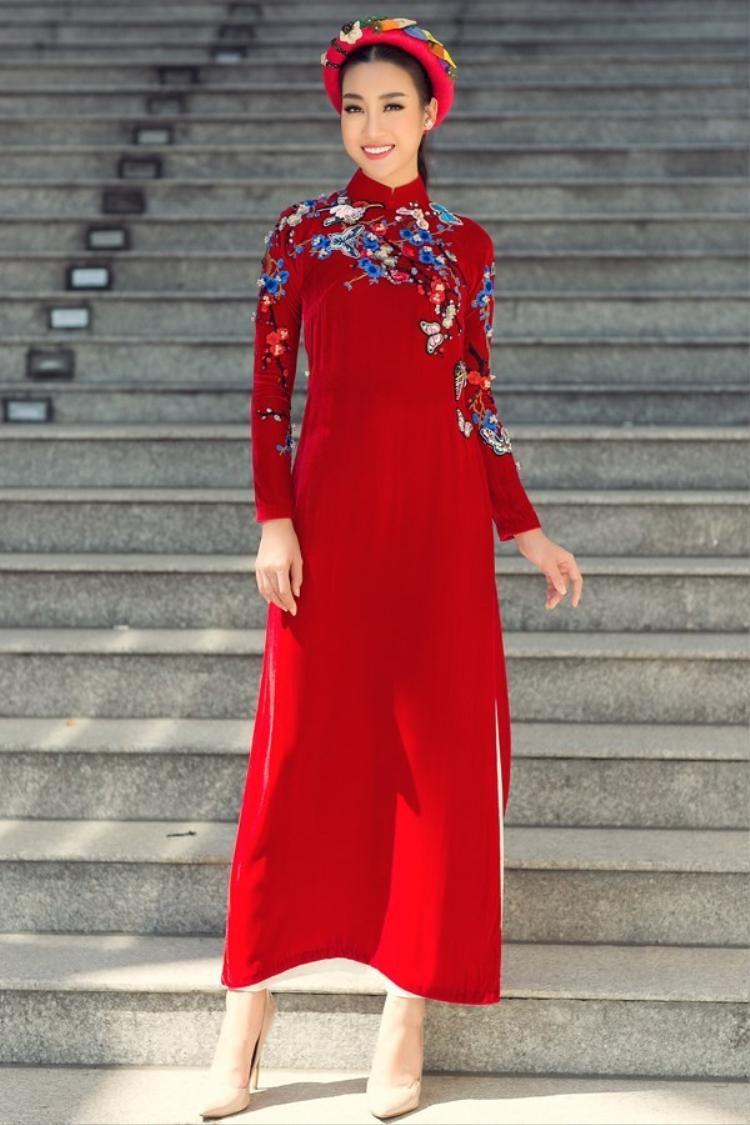 Đặc biệt trong những ngày lễ quan trọng của dân tộc, hoa hậu thường ưu ái chọn cho mình chiếc áo dài truyền thống chứ không dùng váy túi đắt đỏ để gây chú ý người đối diện.
