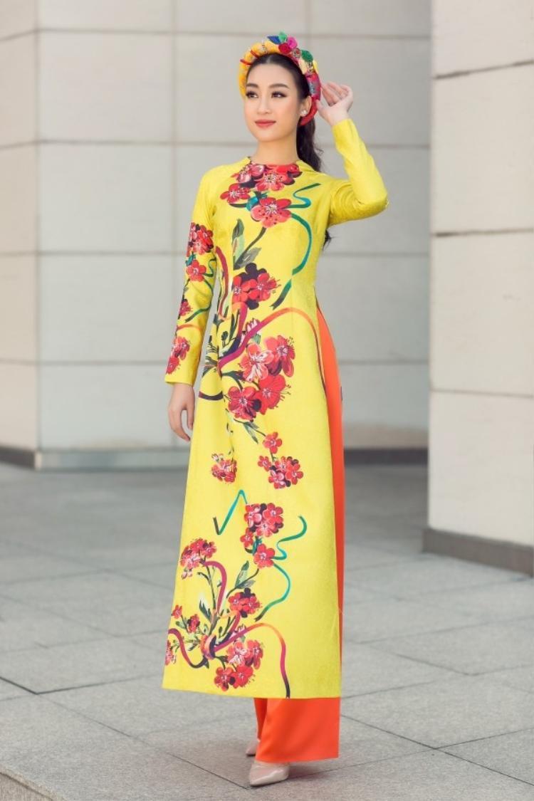 """Sở hữu gương mặt cân đối cùng thân hình thon gọn thì đâu cần váy áo hở hang hay bó sát để khoe thân, chỉ cần diện áo dài như thế này thì hoa hậu Đỗ Mỹ Linh đã """"hớp hồn"""" bao ánh nhìn."""