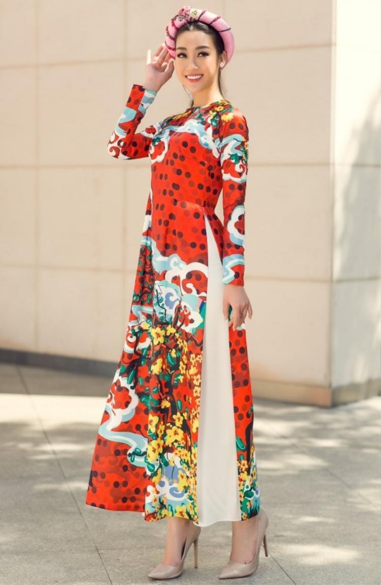 Áo dài với họa tiết hoa nhiều màu sắc thường được hoa hậu ưu ái chọn mặc trong những ngày Xuân.