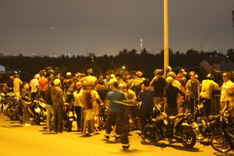 Rất đông người dân tập trung trên cầu nơi xảy ra vụ việc