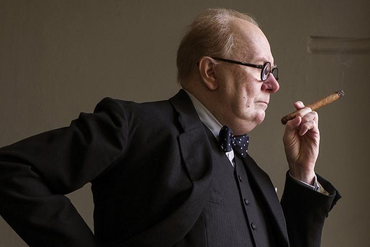 Gary Oldman đánh dấu cột mốc lớn trong sự nghiệp diễn xuất khi hoá thân thành Cựu Thủ tướng Anh Winston Churchill.