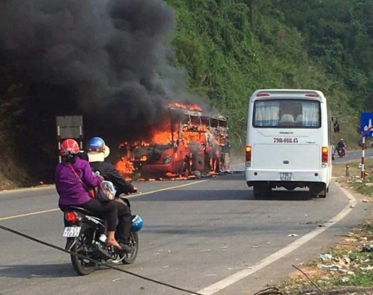 Chiếc xe khách hoàn toàn bị cháy rụi.