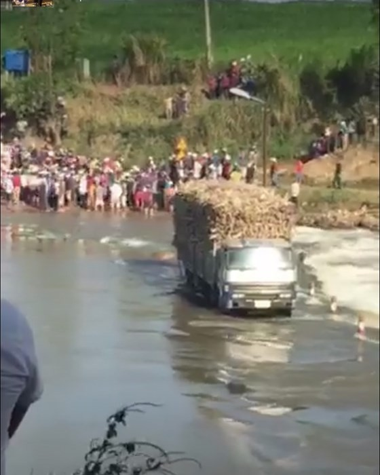 Chiếc xe chở mía mắc kẹt giữa đập. Ảnh: người dân cung cấp.