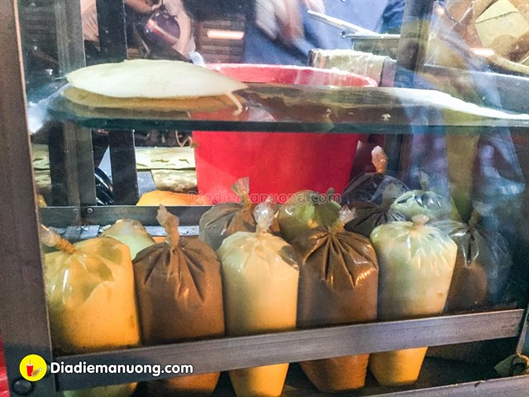 Sốt bơ, sốt đậu phộng, socola là những nguyên liệu khiến món bánh trứng của chị Phương hấp dẫn thực khách hơn.