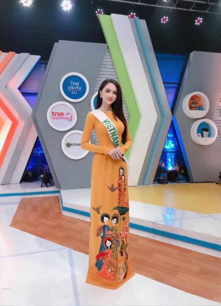 Xuất hiện trong tà áo dài truyền thống, Hương Giang trang điểm trong suốt với đôi môi phớt hồng nữ tính.