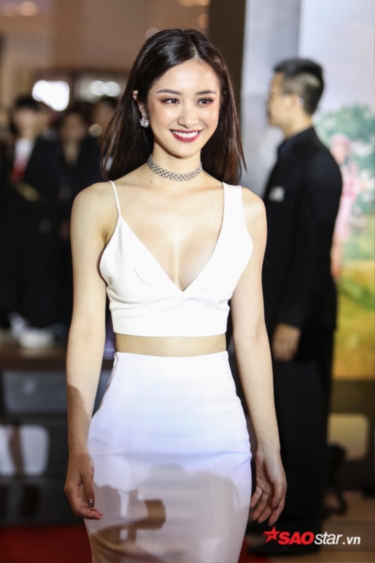 Là một trong những tâm điểm trong tuần qua về nghi án tu sửa vòng 1, Jun Vũ vẫn xuất hiện xinh đẹp rạng ngời không hề nao núng. Chọn màu son và mắt màu rượu chát, Jun Vũ vẫn bừng sáng bởi vẻ đẹp trẻ trung, hiện đại.