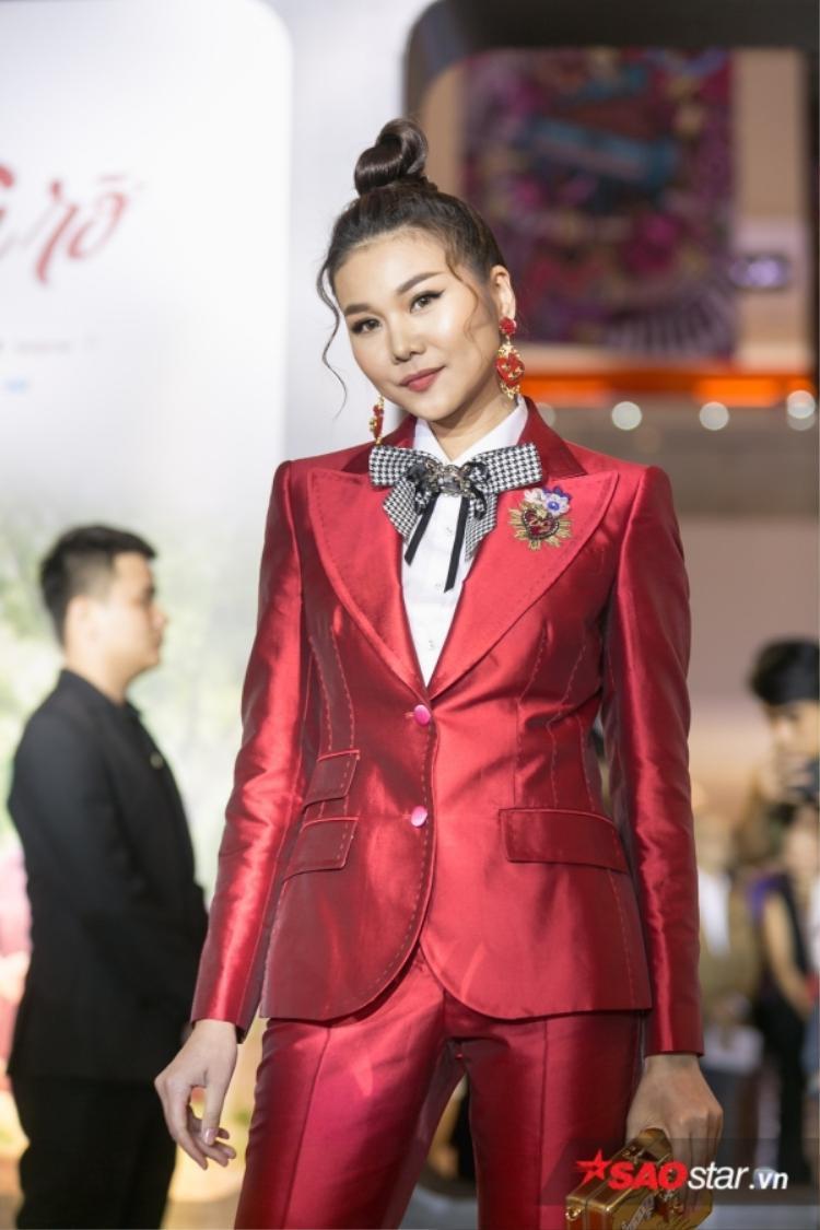 Thanh Hằng luôn chọn lối trang điểm hài hòa, kĩ càng nhưng không quá đậm với màu son hồng đất thanh lịch hợp với bộ suit. Thêm vào đó, kiểu tóc xoăn thả nhẹ đã giúp cô ăn gian tuổi cực hiệu quả.