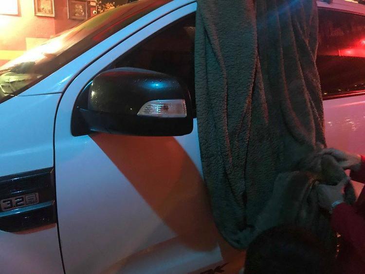 Người dân phải mang chăn ra che chắn ô tô.