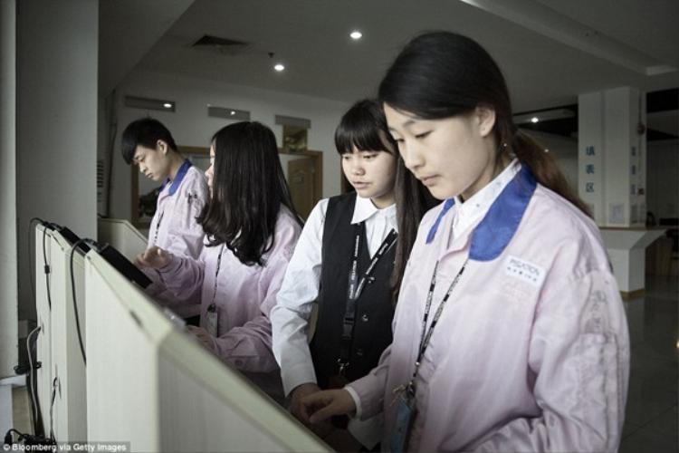 Công nhân kiểm tra các thông tin về thù lao mình nhận được tại trung tâm dịch vụ công nhân viên.