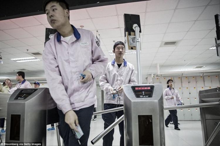 """Nhà máy tại Thượng Hải của Pegatron có diện tích tương đương 90 sân bóng. Từ lâu, phần lớn những chiếc iPhone của Apple đã có dòng chữ """"Made in China"""" ở mặt lưng."""