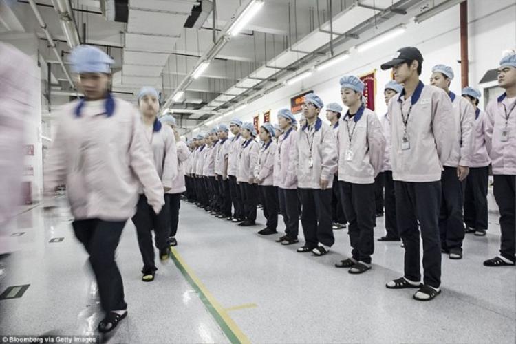 Các công nhân lần lượt bước vào khu sản xuất.