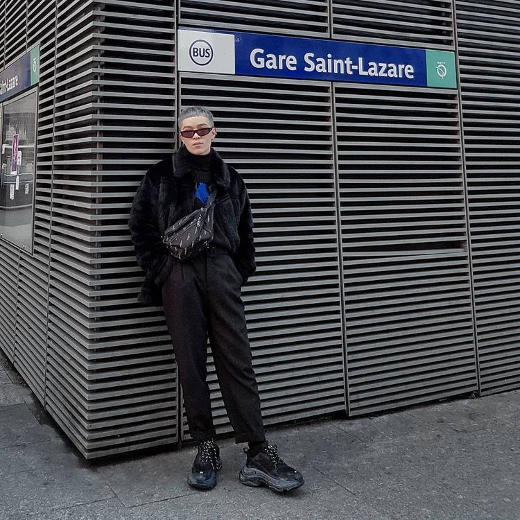 Dù bận rộn dự show tại Paris nhưng Kelbin Lei vẫn không quên cập nhật hình ảnh street style lên trang cá nhân. Trong bức ảnh khoe outfit mới nhất, anh chàng lựa chọn chưng diện cả cây đen với áo khoác lông, hoodie chui đầu cùng giày Balenciaga Triple S black - món hàng hiệu đắt đỏ mà chàng stylist vừa mua được.