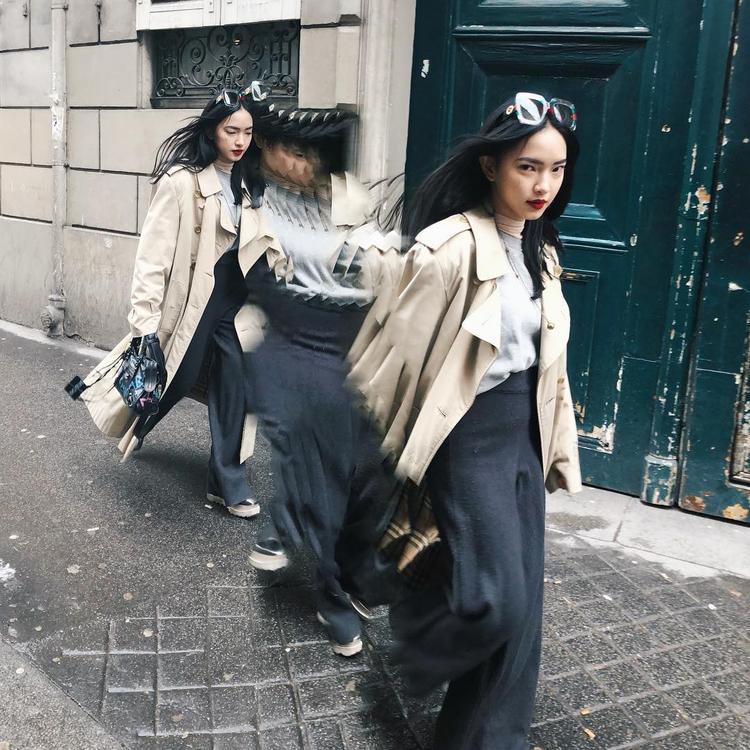 Bức ảnh street style này của Châu Bùi đã tạo nên một cơn sốt nho nhỏ với các tín đồ thời trang. Không chỉ bởi cách chụp giông giống lookbook mới nhất của Balenciaga mà còn do cách cầm phụ kiện túi xách của hãng.