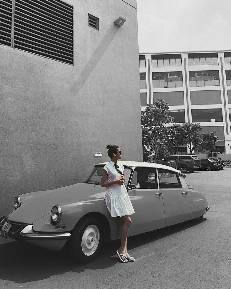Sau những lần ăn diện cá tính, Mỹ Duyên trở về nét đẹp trong sáng, nhẹ nhàng với váy trắng phom suông. Tuy nhiên, nhiều người nhận định rằng, đôi dép kẹp có phần xuề xòa khiến tổng thể vẻ ngoài của cô nàng bị mất điểm đôi phần.