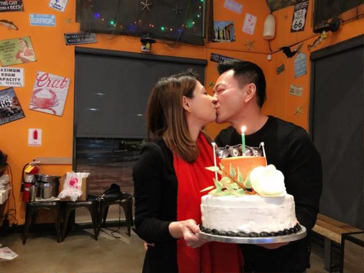 Nữ ca sĩ tình tứ khoá môi bạn trai Việt kiều khiến khán giả ghen tị.