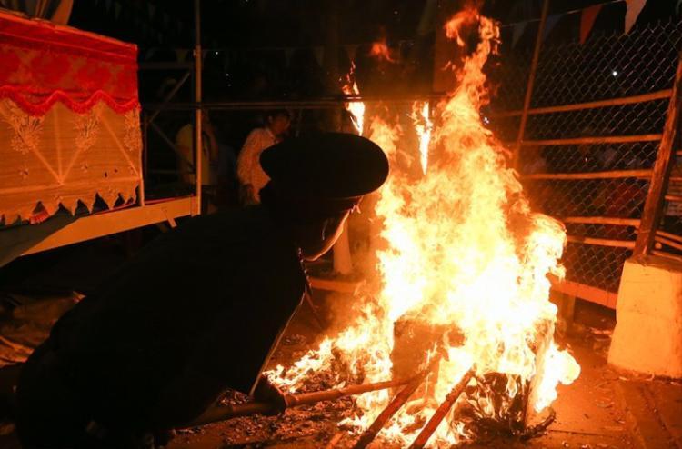 Đúng 0h, hình nộm ông Tiêu được đốt cháy nhằm siêu thoát các linh hồn nghĩa sĩ sau khi các nhà sư đã cầu siêu xong. Ảnh: VnExpress.