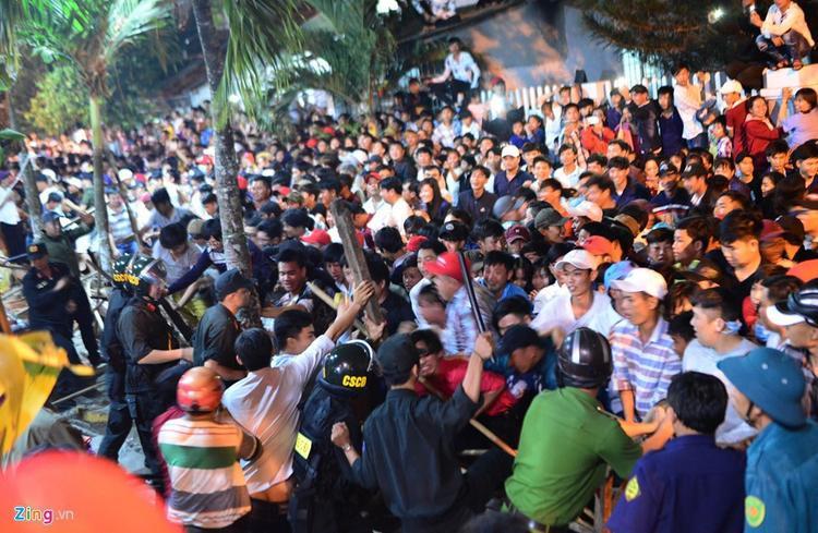 22h đêm 3/3, hàng nghìn người dân địa phương và khách thập phương đã đứng kín quanh hàng rào khuôn viên đình, chờ làm lễ. Họ chờ đến 24h, khi ban tổ chức đốt hình nộmông Tiêu, để xin đồ cúng lấy lộc đầu năm. Ảnh: Zing.