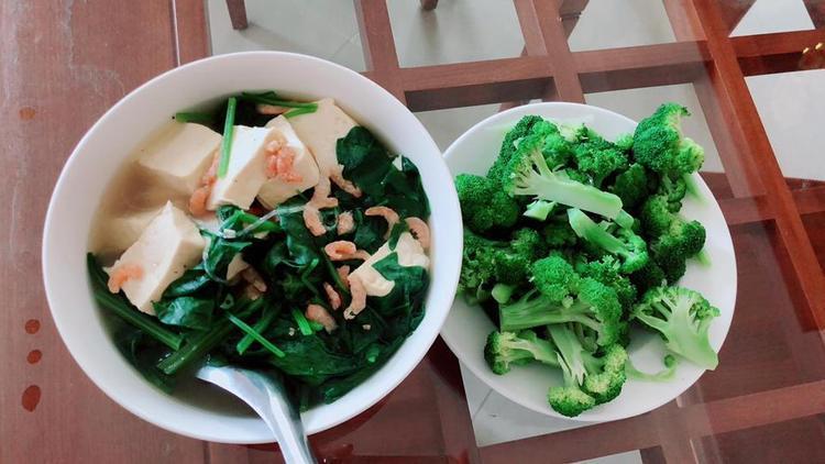 Trong các bữa ăn Diễm Trang ăn khá nhiều rau xanh nhằm hạn chế tăng cân.
