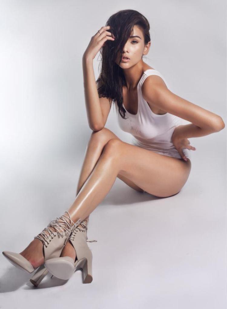 Sở hữu đôi chân nuột nà, thẳng tắp, mỗi khi Hoàng Yến xuất hiện ở đâu, nhiều người đều phải trầm trồ và ghen tị cùng với đó là làn da nâu bóng khỏe khoắn.