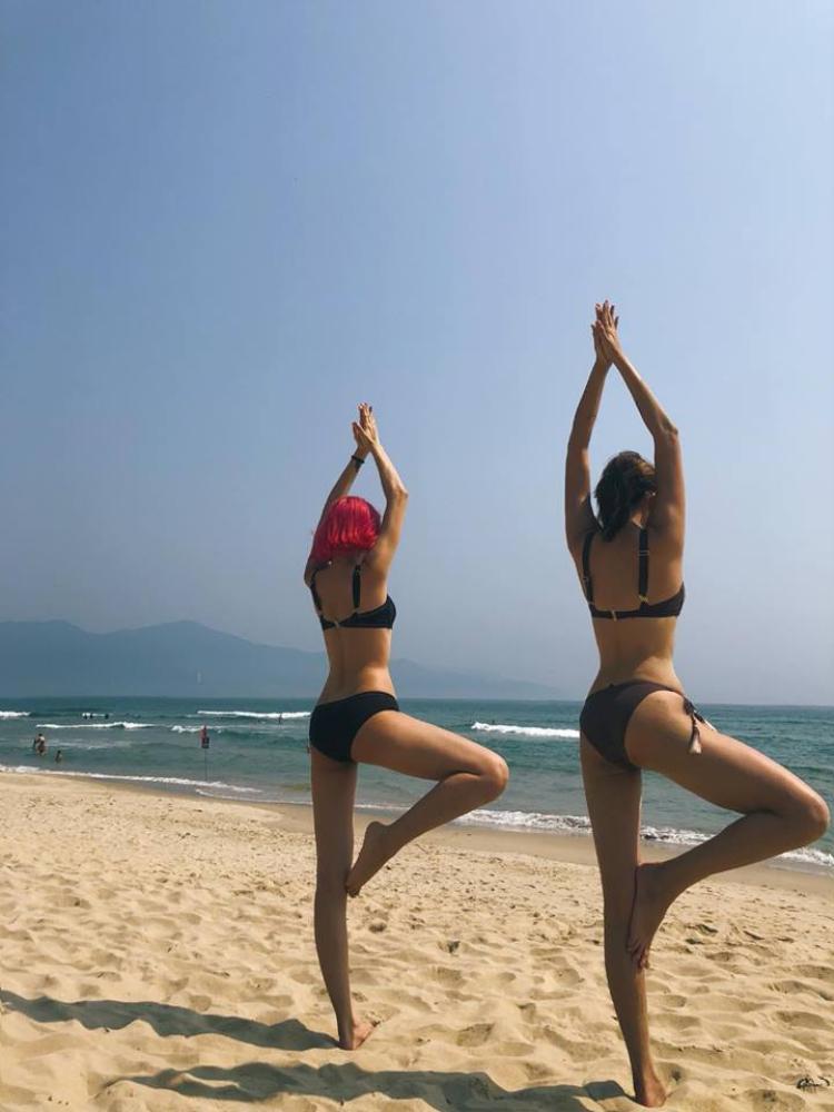 Tiếp tục trên trang Facebook người đẹp khoe đôi chân dài miên man cùng vòng ba bốc lửa tại một bãi biển xinh đẹp.