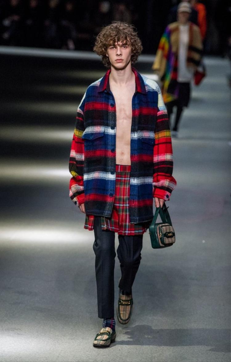 Lần đầu tiên xuất hiện với vai trò là người mẫu trong show diễn của Burberry tại London Fashion Week, Hoàng tử Đan Mạch thu hút nhiều sự chú ý.Với chiều cao 1,84 m, gương mặt điển trai, mái tóc bồng bềnh, anh nhanh chóng gây ấn tượng với giới thời trang.