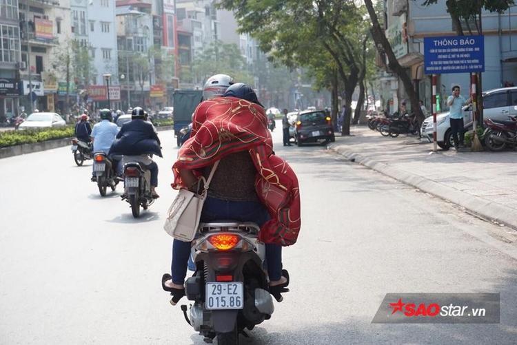 Các chị em phải lấy khăn quàng cổ ra để tránh nắng.