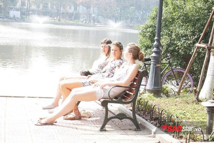 Du khách nước ngoài hẳn đã cảm thấy rất nóng nực nên 3 người trong ảnh đều ăn mặc rất đơn giản, đi dép tông và chọn loại vải mỏng, nhẹ.