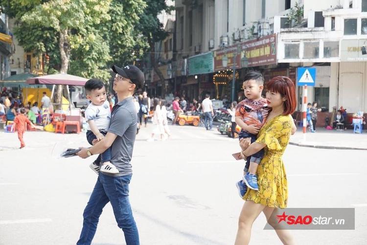Trẻ con ra đường cũng chỉ mặc áo ngắn tay.