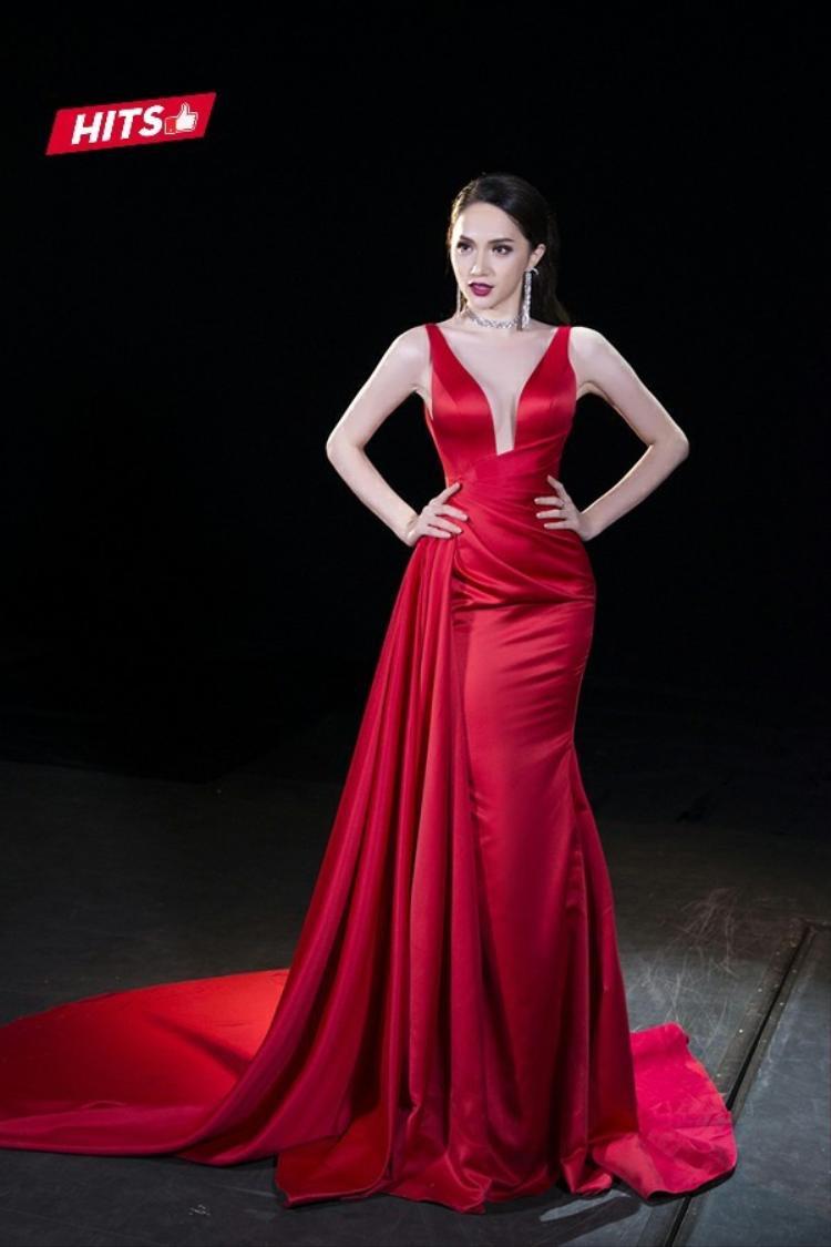 Trong phần giao lưu cùng cánh báo chí tại cuộc thi Hoa hậu chuyển giới, chiếc váy dạ hội màu đỏ rực rỡ, chất liệu lụa, được cắt cúp tinh tế đã giúp Hương Giang ghi điểm hoàn toàn. Có thể nói, vóc dáng cùng làn da trắng sứ của cô nàng hoàn toàn được tôn lên trong thiết kế này.