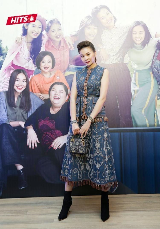 Tham dự một sự kiện điện ảnh tại Hà Nội, Thanh Hằng tiếp tục khẳng định khả năng mặc đẹp cùng gu thời trang khi diện cả set đồ hiệu từ áo, váy đến túi xách của Dior. Trang phục của siêu mẫu nằm trong bộ sưu tập Dior Cruise 2018, có tổng giá trị lên đến 500 triệu đồng.