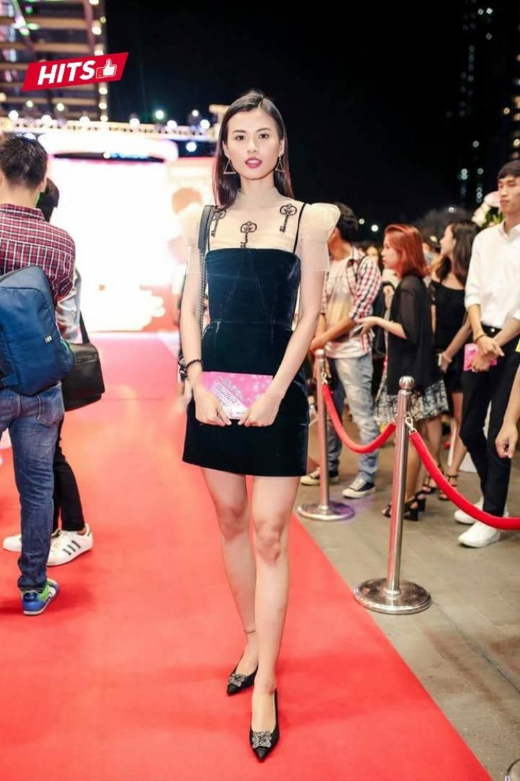 Trái ngược với Thùy Dương, người em Cao Thiên Trang lại mặc chiếc váy đen có chất liệu nhung sang trọng. Mảnh ghép trong team Sang phối trang phục cùng đôi giày Manolo Blahnik có giá trị lên tới hơn 25 triệu đồng, tạo thành vẻ ngoài đắt giá, khiến các tín đồ thời trang không thể không dừng lại ngắm nhìn.