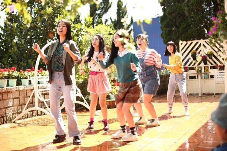 Nhóm bạn Ngựa Hoang cùng nhau tập hát cho lễ hội của trường