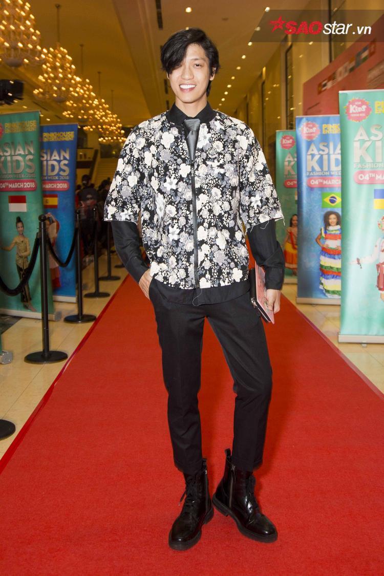 Hiền Sến lựa chọn áo khoác hoa phối layer cùng sơ mi tay dài đen. Nam diễn viên phối phần dưới với skinny jeans và giày boots đen bóng, nhằm khiến vẻ ngoài không bị làm quá.