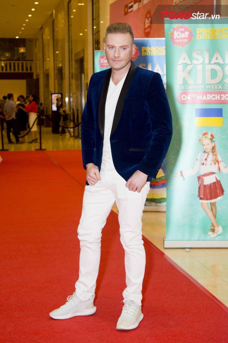 """Vest nhung xanh cùng áo thun và quần trắng là sự lựa chọn của Kyo York khi xuất hiện trên thảm đỏ sự kiện. Vẻ ngoài lịch lãm, bảnh bao của chàng trai ngoại quốc khiến không ít cô gái trong đêm đó phải """"điêu đứng""""."""