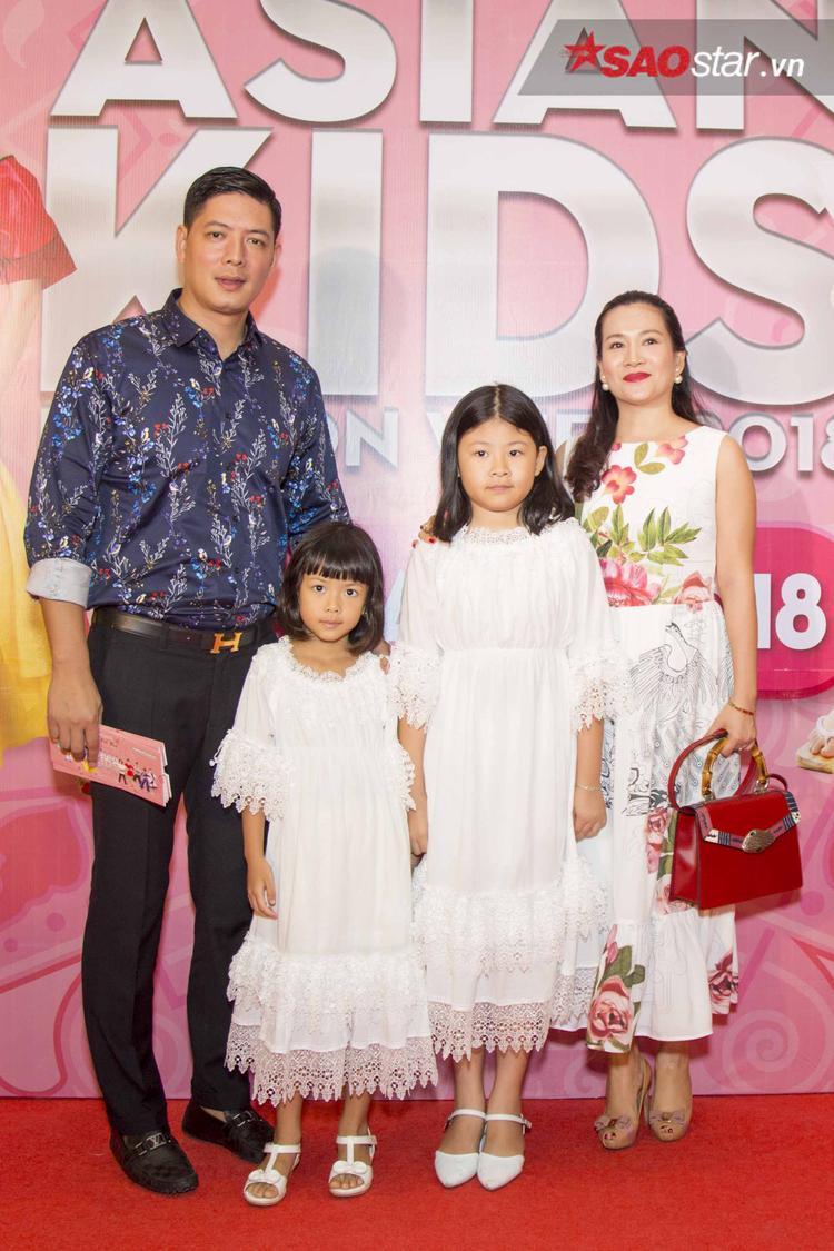 Gạt qua scandal, Bình Minh cùng bà xã Anh Thơ sóng đôi cùng nhau trên thảm đỏ. Gia đình nam siêu mẫu có cách ăn diện trang phục khá ăn ý, cả anh và vợ đều diện đồ in họa tiết hoa. Trong khi đó, hai cô con gái đều mặc đầm trắng giống mẹ.