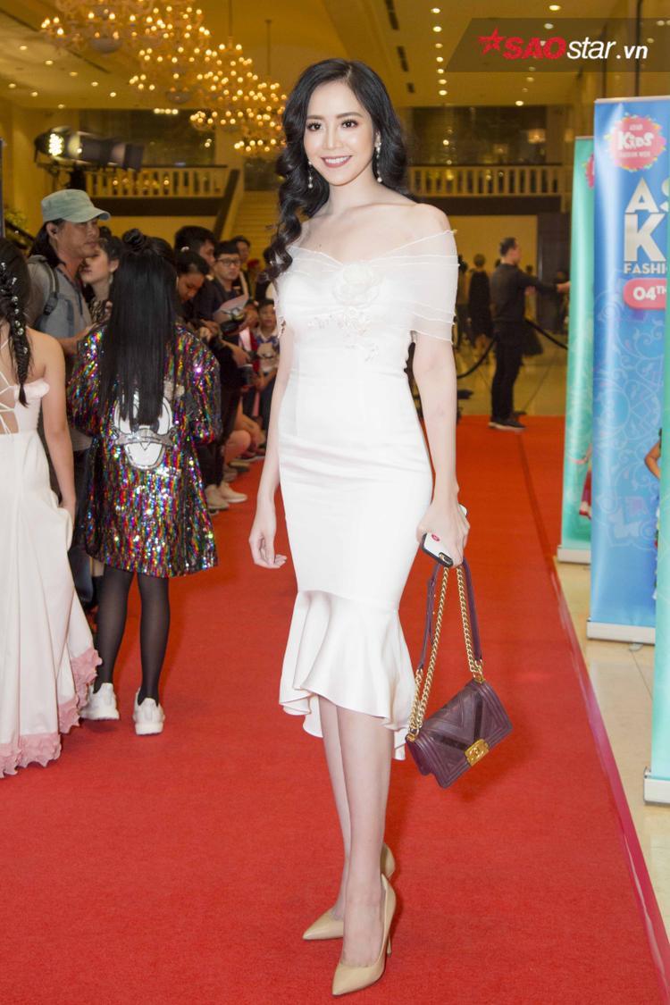 Cùng lựa chọn tông trắng tham dự sự kiện còn có giải bạc Siêu mẫu Việt Nam 2015 - Ngọc Quý. Với chiếc váy ôm sát, trễ vai khoe trọn đường cong cơ thể cùng làn da trắng, người đẹp chọn cách phối an toàn với clutch Chanel đen và giày tông nude.