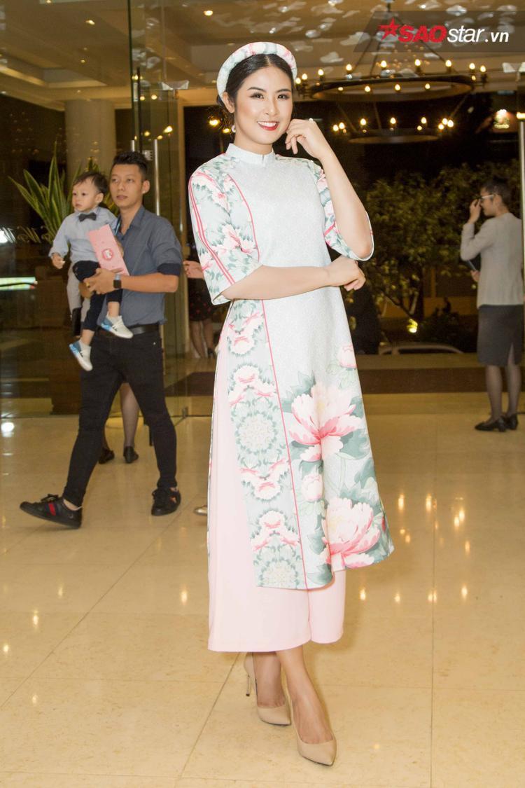 Tham gia chương trình với tư cách một NTK đại diện Việt Nam, Ngọc Hân lựa chọn tà áo dài cách tân, in hoa nhẹ nhàng, đây cũng là một trong những thiết kế nằm trong bộ sưu tập mới nhất của Hoa hậu Việt Nam 2010.